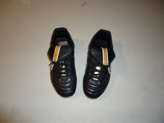NIKE SOCCER SHOES, SIZE 5 Y, CHILDRENS SOCCER SHOES